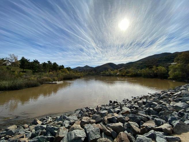 湖や太陽、薄雲